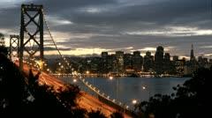 San Franciscon Oakland Bay Bridge kasvaa kirkkaampi kuin pimeys kaatuu Arkistovideo