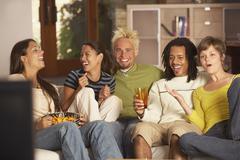 Ryhmä ystäviä sohvalla Kuvituskuvat