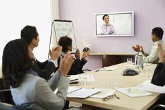 Monikulttuuriset liikemiehet ottaa videoneuvottelu Kuvituskuvat