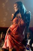 Afrikkalainen nainen tanssi yökerhossa Kuvituskuvat