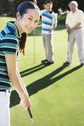 Aasialainen nainen pelaa golfia Kuvituskuvat