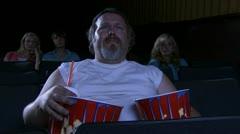 Lihavat mies elokuvateatteri syö popcornia ja itku Arkistovideo