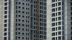 Työmaa rakentaminen & roikkuu torninosturin. Arkistovideo