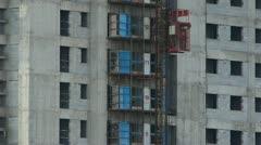 Rakennusalan työntekijöiden hissi, lähellä rakennustyömaa rakennus. Arkistovideo