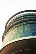 Teräväkärkiset futuristinen rakennus Kuvituskuvat