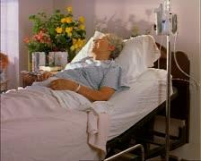 Seuranta laukaus vanhusten nainen valkoihoinen potilas, kun hän makaa sairaalassa Arkistovideo