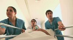 Sairaanhoitajat ajo potilaan hänen sänkynsä happinaamari Arkistovideo