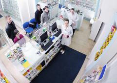 Apteekista viittaa lääkeainepumppuja ostajalle farmasian apteekki Kuvituskuvat