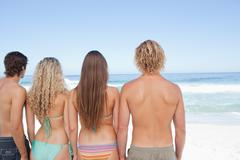 Neljä kaveria katsot merellä Kuvituskuvat