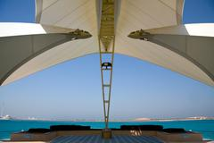 Moderni Abu Dhabi rakenteen kehystys merelle ja saaren Kuvituskuvat