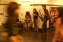 Improvisoitu jazz yhtye viihdyttää työmatkalaiset .. Kuvituskuvat