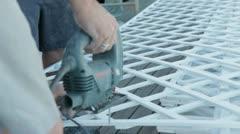 cortando madera con una serrucho electrica - stock footage