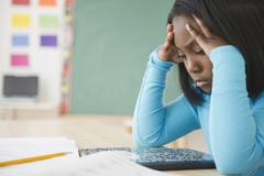 Musta opiskelija opiskelee luokkahuoneessa Kuvituskuvat