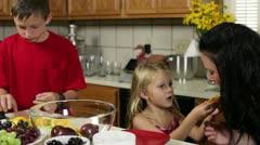 Lapset leikkivät keittiössä äidin kanssa Arkistovideo