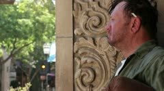 Homeless Man Standing in Oviaukko - malli julkaistiin Arkistovideo