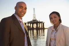 Afrikkalainen amerikkalainen liikemiehet edessä merenkulun nosturin Kuvituskuvat