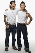 Kaksi aasialaista miestä rockabilly vaatteet Kuvituskuvat