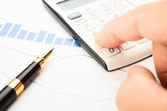 Businessman analysis of quotes Stock Photos