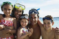 Latinalaisamerikkalainen perhe halaa rannalla Kuvituskuvat