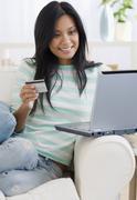 Tyynenmeren Islander nainen ostoksia verkossa Kuvituskuvat