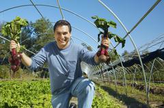 Latinalaisamerikkalainen mies jolla luomutuotteita Kuvituskuvat