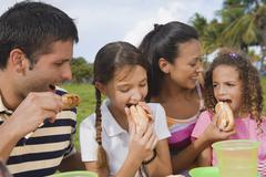 Latinalaisamerikkalainen perhe syö ulkona Kuvituskuvat