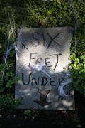 Tombstone 'six feet under' Stock Photos