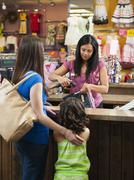 Sekarotuinen äiti ja tytär ostoksilla lasten vaatekauppa Kuvituskuvat