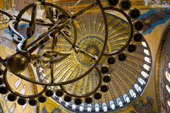 Pronssi kynttilänjalat ja katto Hagia Sofian, istanbul Kuvituskuvat