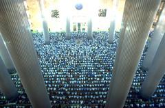 Rakkaus tuhansia palvojia rukoilemaan indonesian moskeija Kuvituskuvat