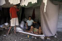 Honduras perhe kodittomaksi hirmumyrsky Mitchin Kuvituskuvat