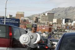 Meksiko latinalaisamerikkalainen autoja rivissä ylittää alkaen Kuvituskuvat