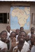 Tansania lasten lapsia kouluun edessä kartta Kuvituskuvat