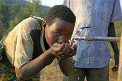 Burundi nainen naispuolinen juomavesi gitera Kuvituskuvat