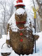 Satu veistos hengissä kasveja talvella puistossa Kuvituskuvat