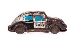 Poliisiauto ruosteinen tina lelu eristetty valkoinen Kuvituskuvat