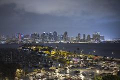 Sateisena yönä kello San Diego satama Kuvituskuvat