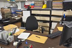 Sotkuinen työhuone toimiston pöydälle Kuvituskuvat