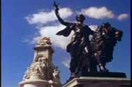 Buckingham Palace, statue of Queen Victoria at front, London, England Stock Footage