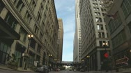 El passes overhead downtown Chicago Stock Footage