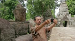 Alone visitor takes own picture in preah khan temple, angkor Stock Footage
