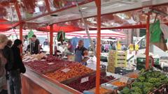 Seller at hamburg fischmarkt Stock Footage