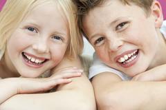 Iloinen poika ja tyttö lapset veli ja sisko nauraa Kuvituskuvat