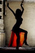 Nainen tanssii vatsa-tanssia itämainen puku Kuvituskuvat