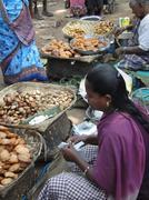 Tribal nainen myy tuoreita välipaloja Kuvituskuvat