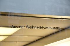 German Apple Store Window: Aus Der Weihnachtswerkstatt Stock Photos
