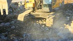 Kaivinkone työskentelevät rakennustyömaalla Arkistovideo