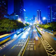 Kiireinen suurkaupungin yö liikenne Kuvituskuvat