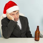 Surullinen mies kärsii krapula joulun jälkeen Kuvituskuvat