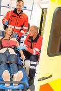 Ensihoitajat auttaa tajuton nainen hätäapua Kuvituskuvat